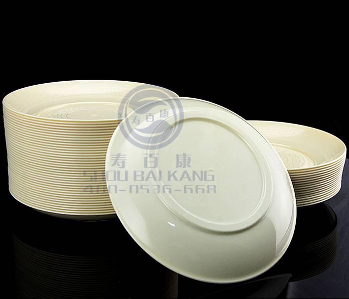 一次性航空水晶餐具由来 一次性航空水晶餐具之前是在欧美发达国家和中国民用航班上普遍使用的一种一次性餐饮用具,俗称一次性航空水晶餐具。因其无毒、无嗅、无菌,耐高温、隔热、器型美观大方、卫生、不烫手等一系列优势,现引用到普通餐桌上的一种新型干净卫生的传统消毒餐具替代产品。一次性航空水晶餐具卫生、环保、新颖,是近年来才逐步出现在老百姓的餐桌上,而实际上航空水晶在航空领域已经被广泛使用了,比如:东方航空、深圳航空等,所以一次性航空水晶餐具在目前具有广阔的发展空间。 一次性餐具的市场演变 中国是【一次性餐具】消